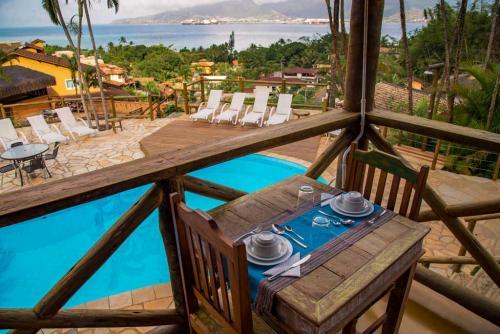 Café da Manhã com vista para o mar e piscina - Pousada Altamira Ilhabela